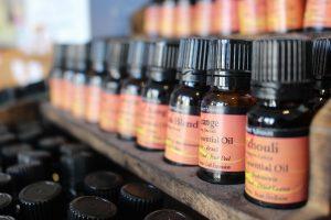 Rangées de flacons d'huile essentielle sur une étagère