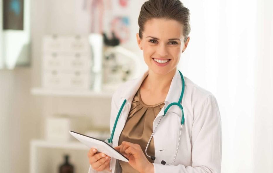 femme médecin tenant une tablette