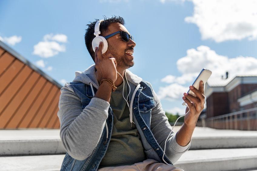 homme écoutant de la musique avec un casque blanc